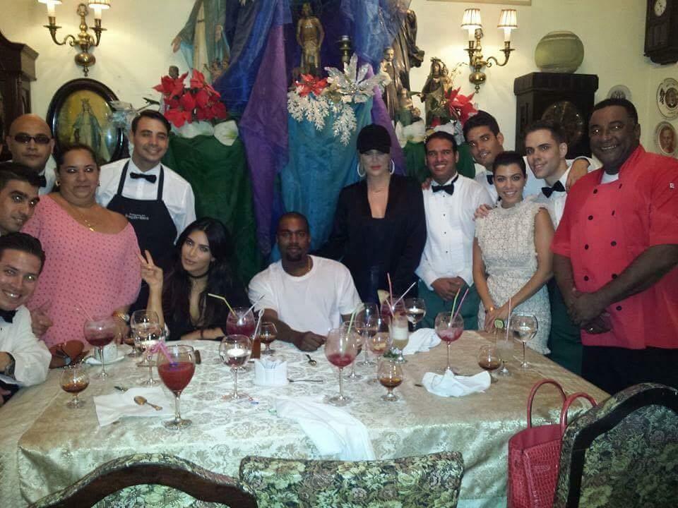 Las Kim Kardashian y Kanye West en la Paladar San Cristobal (Foto Maxxyes)